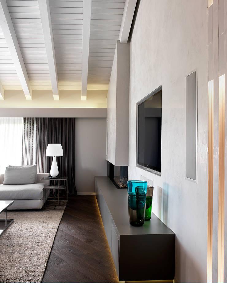 Soggiorno - dettaglio zona camino-tv: Soggiorno in stile  di Studio d'Architettura MIRKO VARISCHI, Moderno
