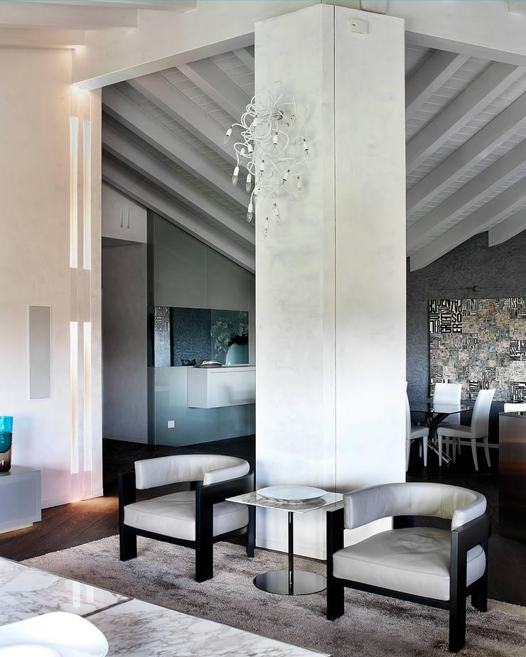 Soggiorno con vista zona pranzo: Soggiorno in stile  di Studio d'Architettura MIRKO VARISCHI, Moderno