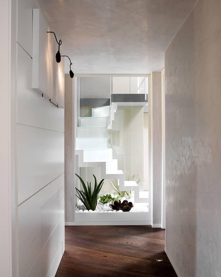 Disimpegno zona notte: Ingresso & Corridoio in stile  di Studio d'Architettura MIRKO VARISCHI, Moderno
