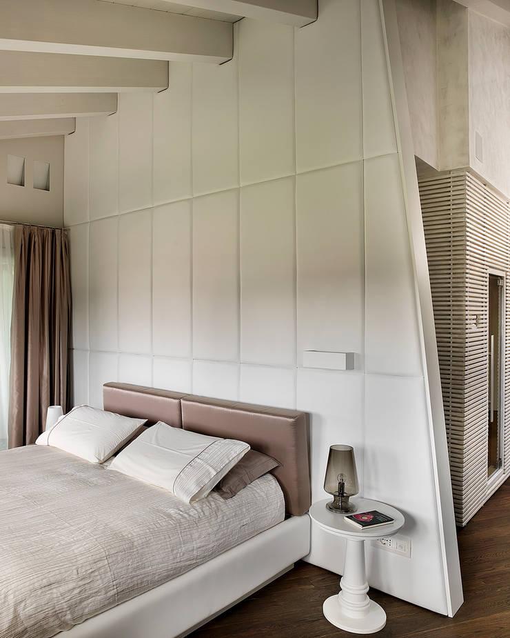 Camera Padronale: Camera da letto in stile  di Studio d'Architettura MIRKO VARISCHI, Moderno