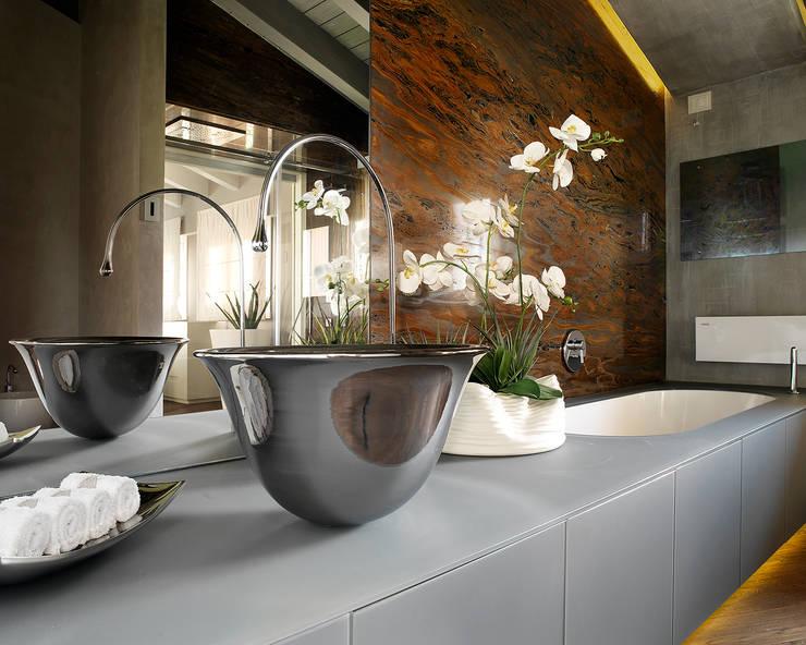 Bagno Padronale: Bagno in stile in stile Moderno di Studio d'Architettura MIRKO VARISCHI