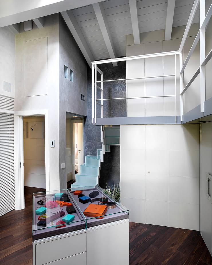 Disimpegno camera padronale con cabina armadio e sauna: Camera da letto in stile  di Studio d'Architettura MIRKO VARISCHI, Moderno