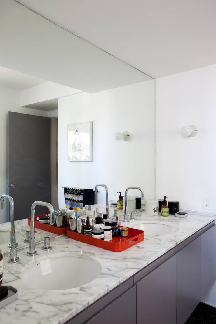 APTO ANTONIO CARLOS: Banheiros  por Mauricio Arruda Design