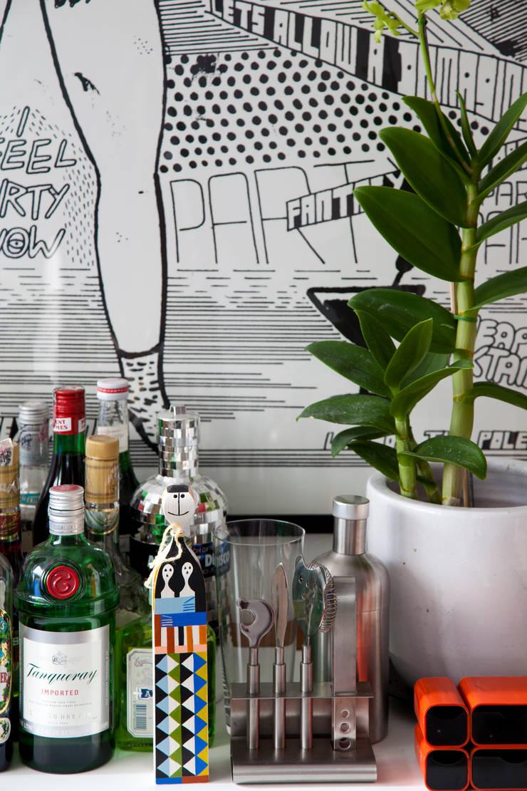 APTO ANTONIO CARLOS: Salas de estar  por Mauricio Arruda Design