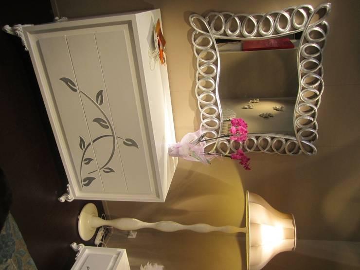 Camera Kamelia: Camera da letto in stile  di BL mobili, Classico