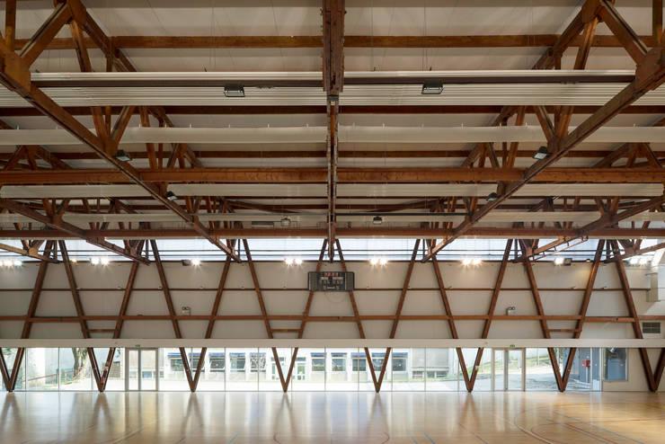 Vue intérieure de la grande salle: Stades de style  par AVA