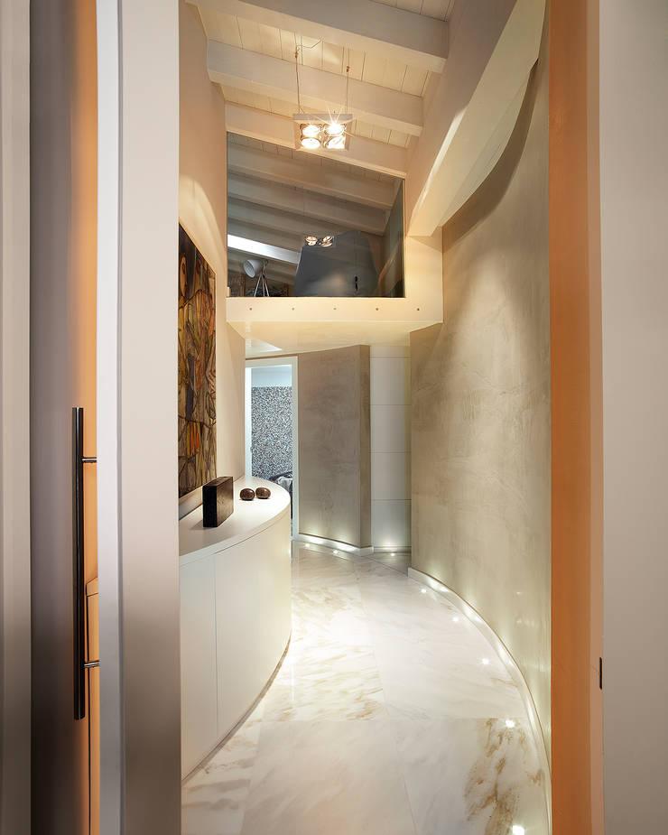Pasillos y vestíbulos de estilo  de Studio d'Architettura MIRKO VARISCHI, Moderno
