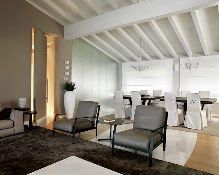 Salones de estilo  de Studio d'Architettura MIRKO VARISCHI, Moderno