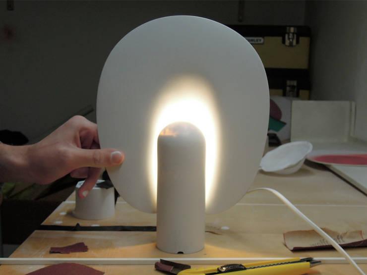 Avril _ Table Lamp: Maison de style  par Philippe Tabet