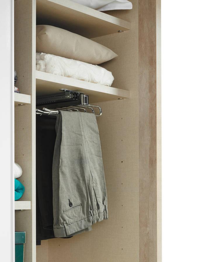 Armarios puertas batientes: Dormitorios de estilo  de Baixmoduls