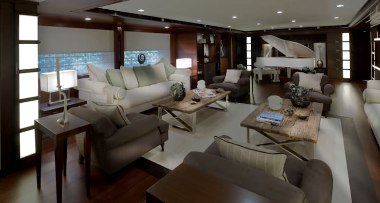 J'Ade: Yacht & Jet in stile  di CRN SPA - YACHT YOUR WAY- ,