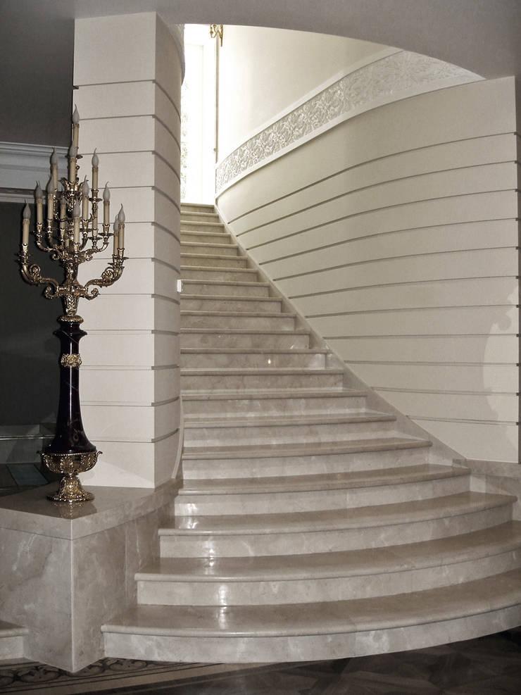 Luxury Design – Ville – Private Residence: Ingresso, Corridoio & Scale in stile  di DECORMARMI SRL