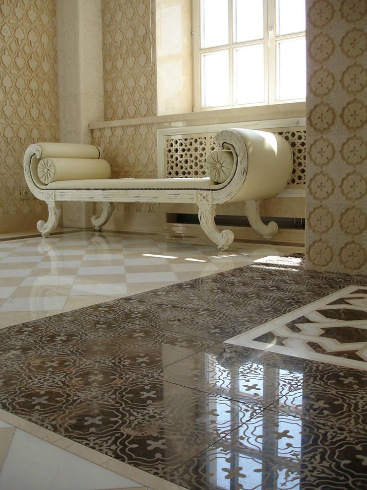 Luxury Design - Ville - Private Residence: Bagno in stile  di DECORMARMI SRL