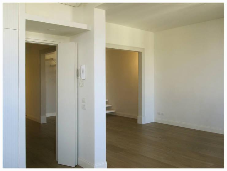casa Di Donato: Soggiorno in stile  di architetto alessandro condorelli