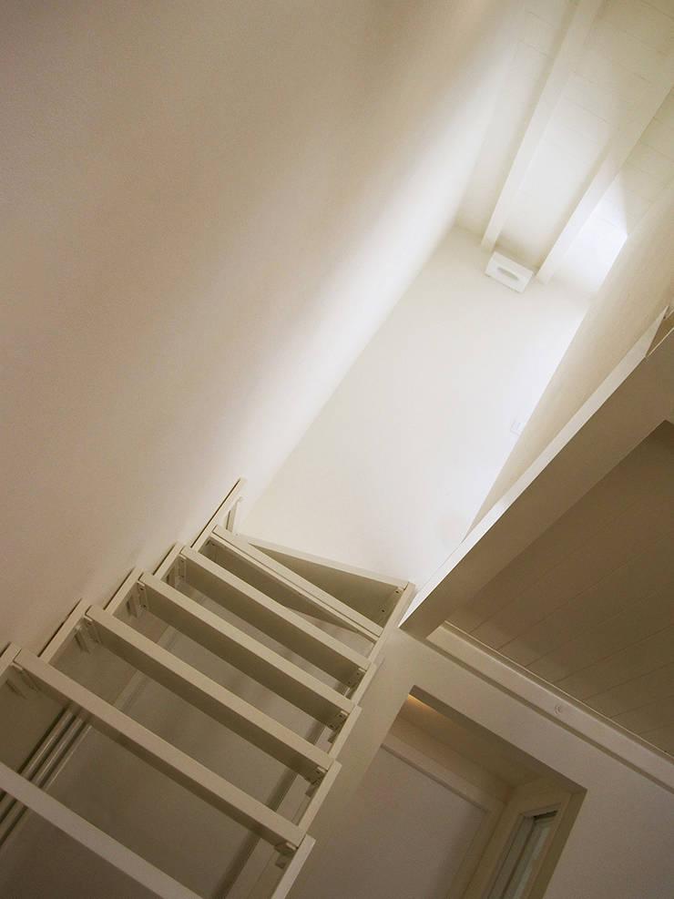 casa Cerofolini: Ingresso & Corridoio in stile  di architetto alessandro condorelli
