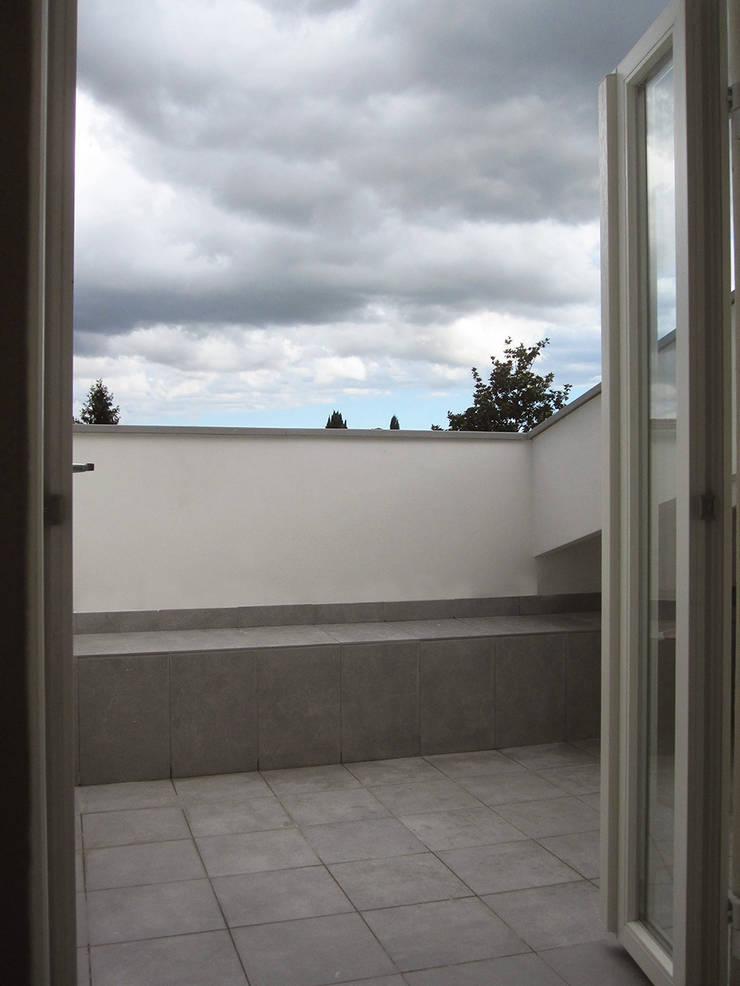 casa Cerofolini: Terrazza in stile  di architetto alessandro condorelli