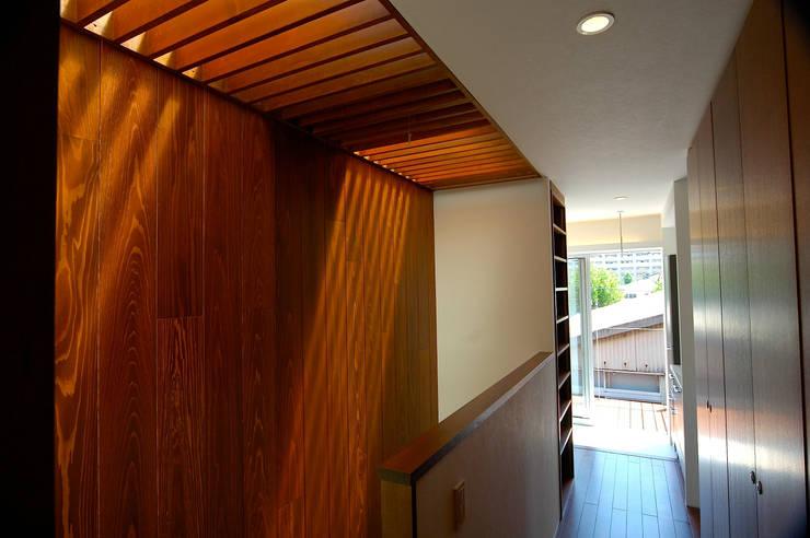 階段上部: 仲摩邦彦建築設計事務所 / Nakama Kunihiko Architectsが手掛けた階段です。,モダン