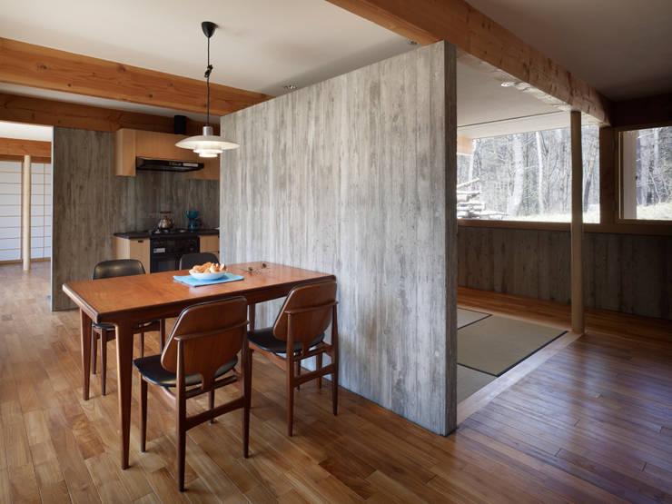 Salas de jantar modernas por すわ製作所 Moderno
