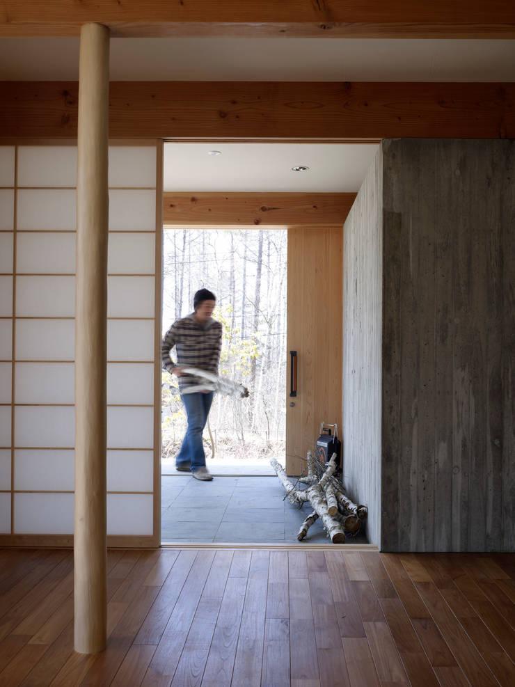 Janelas e portas modernas por すわ製作所 Moderno