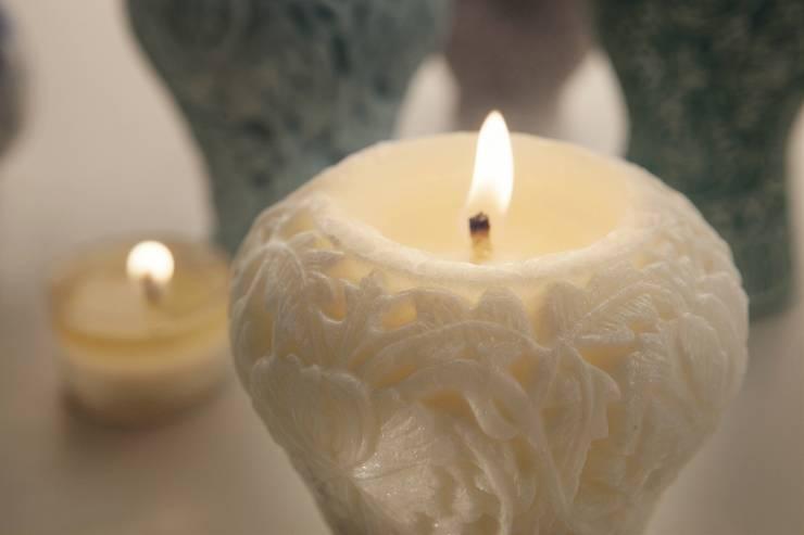 모란넝쿨무늬항아리 향초: 비비스토리의  거실