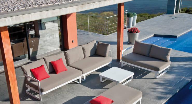 Sofa Verona: Jardín de estilo  de  Alaire