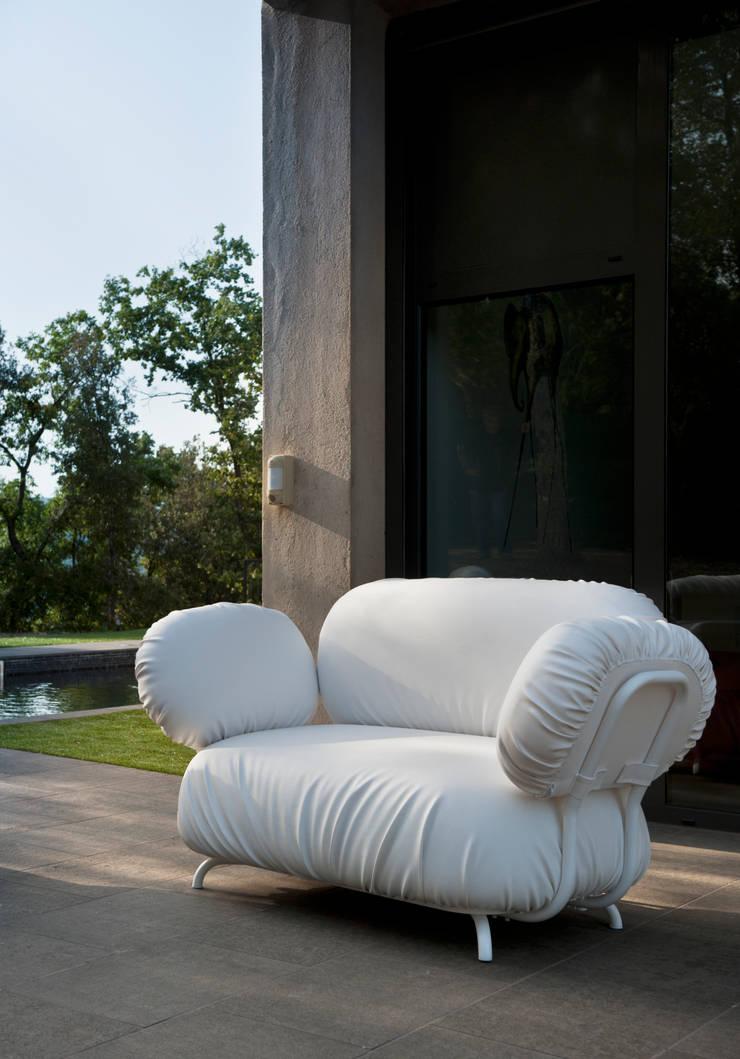 Butaca Aruga: Jardín de estilo  de  Alaire