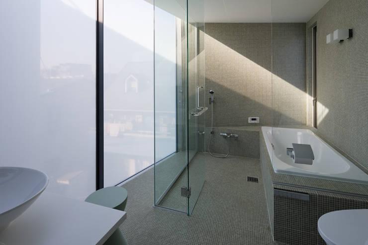 House-O: 株式会社 大藪元宏建築研究所が手掛けた浴室です。