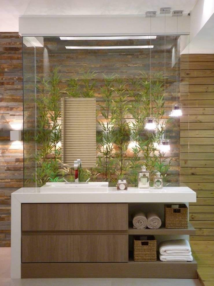 Suíte do Casal de Jornalistas - Casa Cor Santa Catarina 2011: Banheiros  por Cristine V. Angelo Boing e Fernanda Carlin da Silva