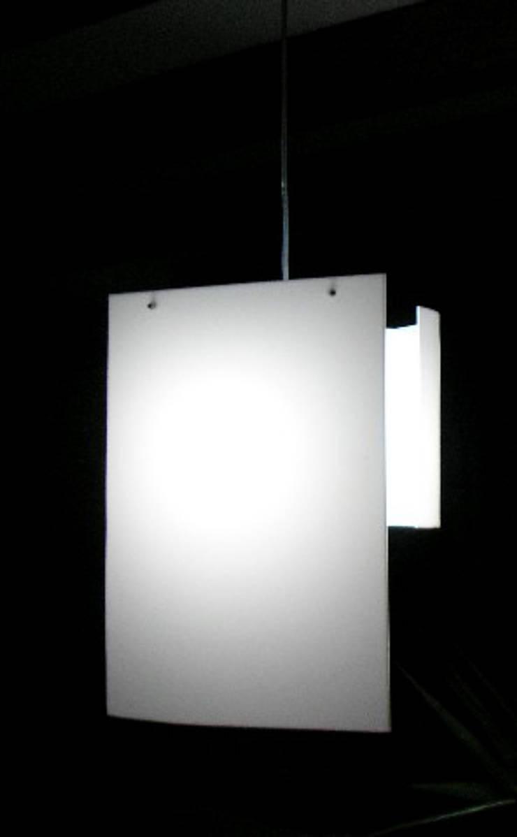 Lampe Novalight: Salon de style  par Blanc Lezard Design