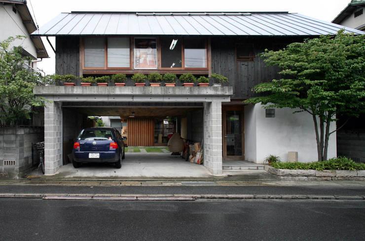 黒のアトリエ: 神家昭雄建築研究室が手掛けた家です。