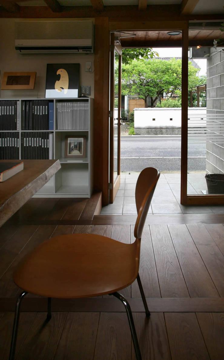 黒のアトリエ: 神家昭雄建築研究室が手掛けた廊下 & 玄関です。