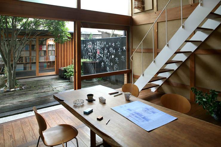 黒のアトリエ: 神家昭雄建築研究室が手掛けたダイニングです。