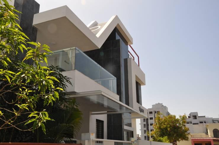 sheetal chaya:  Living room by manoj bhandari architects