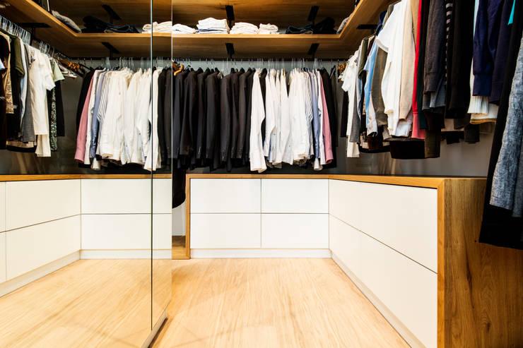 Vestidores de estilo  por BESPOKE GmbH // Interior Design & Production