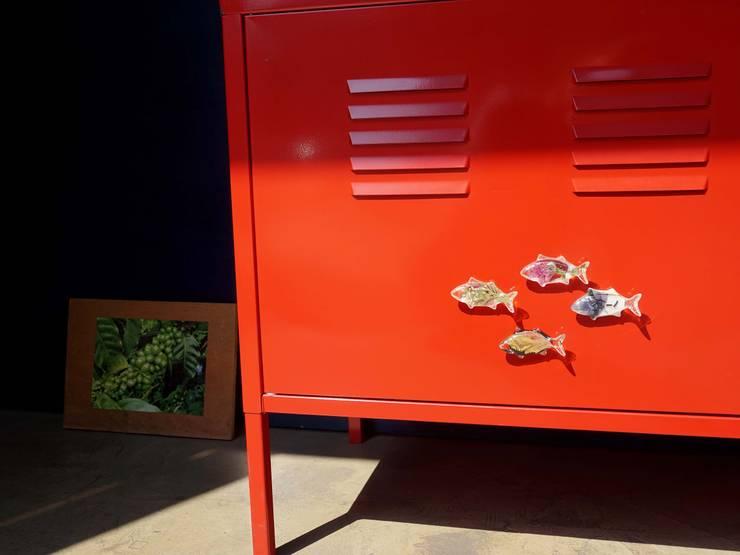 꽃을 담은 물고기 마그넷: Mi Factory의  다이닝 룸