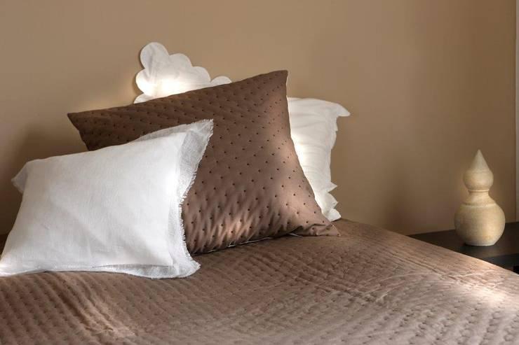 Maison d'été - Dessus de lit Julie taupe: Chambre de style de style Classique par MAISON D'ETE