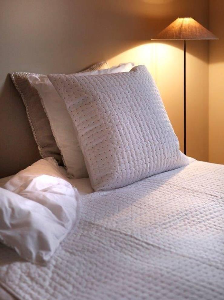 Maison d'été - Dessus de lit plumetis blanc naturel: Chambre de style  par MAISON D'ETE