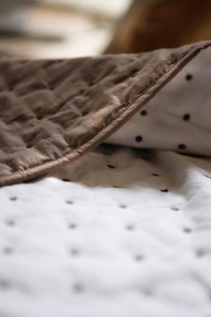 Maison d'été - Dessus de lit Julie taupe: Chambre de style  par MAISON D'ETE