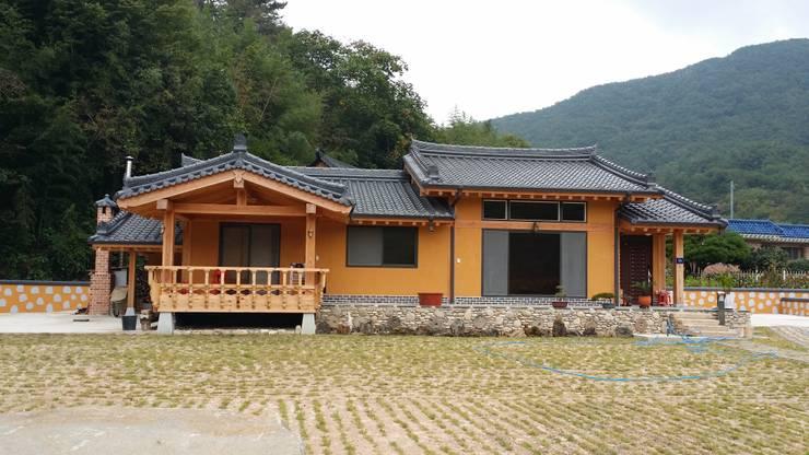 Casas estilo moderno: ideas, arquitectura e imágenes de 황토와나무소리 Moderno