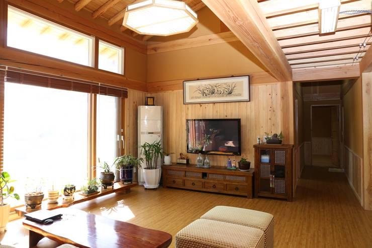햇살을 담은 거실: 황토와나무소리의  거실