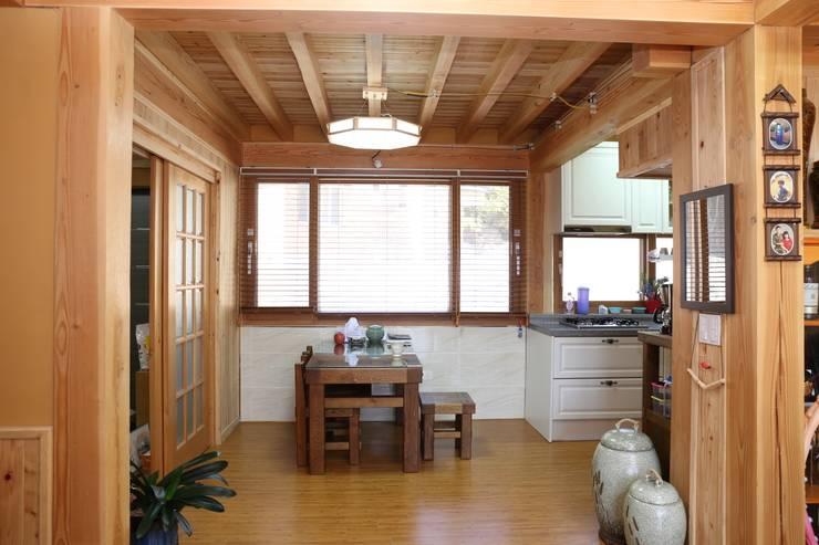 거실에서 바라본 주방과 식당.: 황토와나무소리의  주방