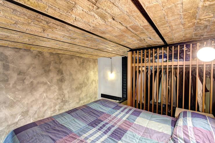 MACHIAVELLI: Camera da letto in stile  di MOB ARCHITECTS