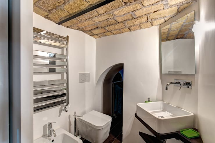 MACHIAVELLI: Bagno in stile  di MOB ARCHITECTS