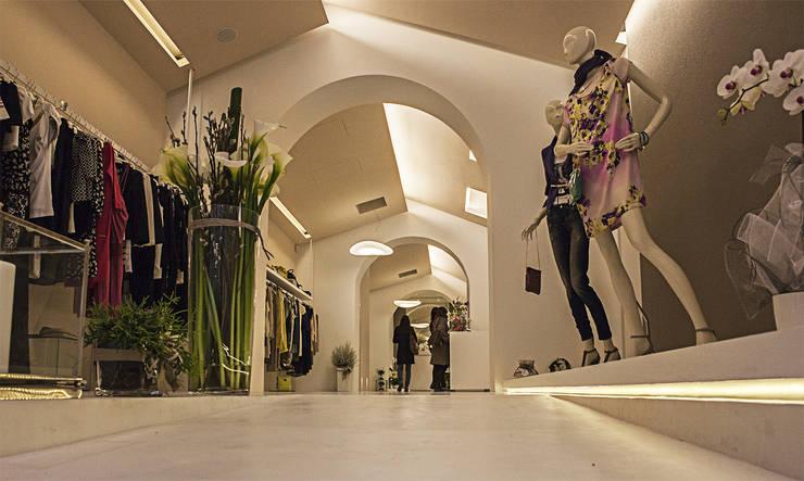 Tango abbigliamento: Negozi & Locali Commerciali in stile  di Maranco Architetti,
