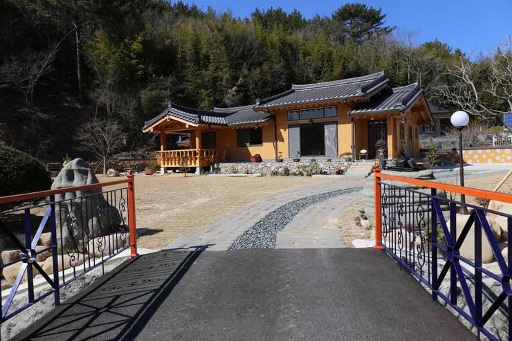 한식 목구조 황토집: 황토와나무소리의  주택