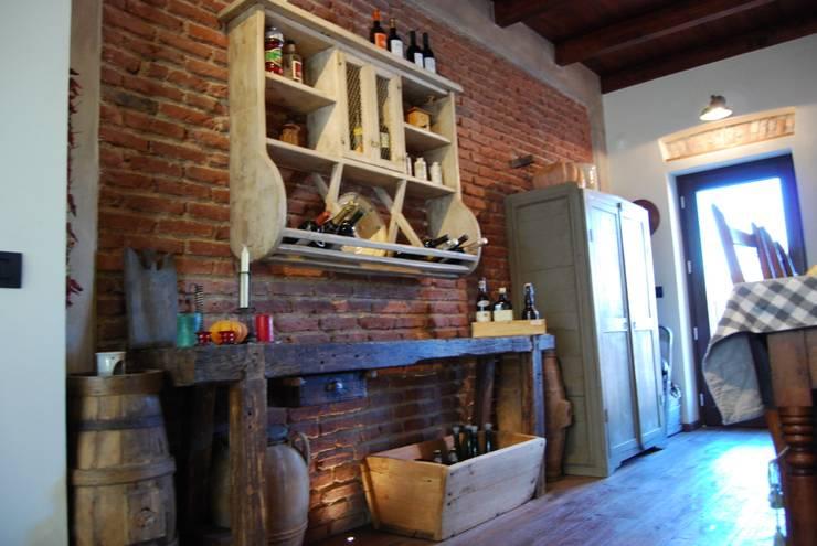 Cucina La Mangiatoia: Cucina in stile in stile Rustico di Porte del Passato
