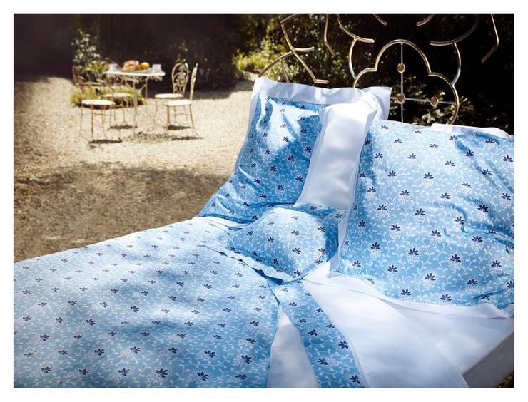 """HOUSSE DE COUETTE """"NUIT BLEUE"""": Maison de style  par audrey.callegher"""
