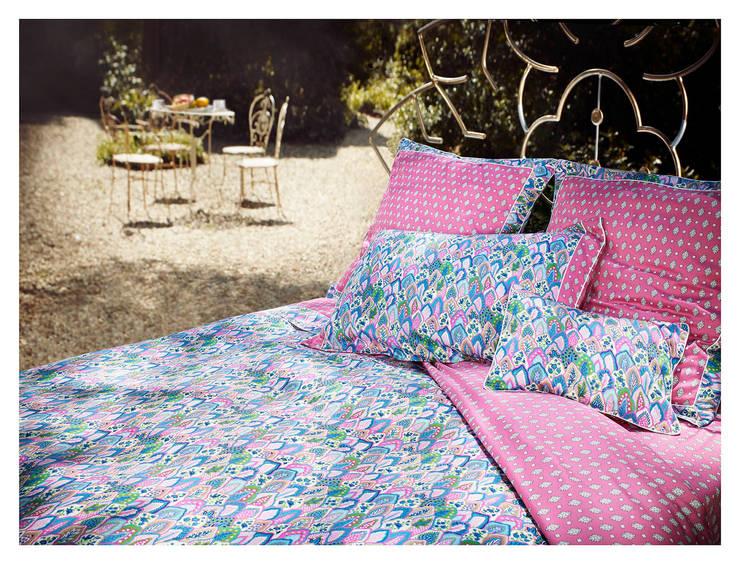 """HOUSSE DE COUETTE """"MENTON"""" ROSE ET BLEU: Maison de style  par audrey.callegher"""