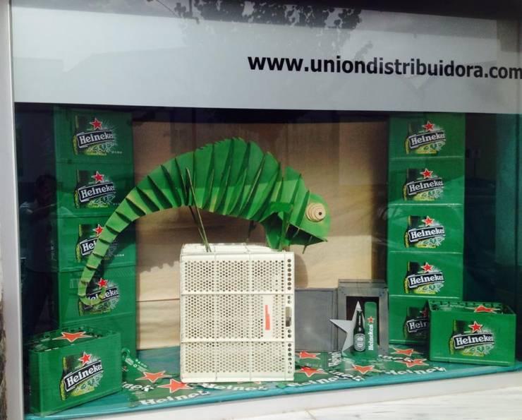 Escaparate en cartón (Heineken): Espacios comerciales de estilo  de GRUPO ARTS and CRAFTS