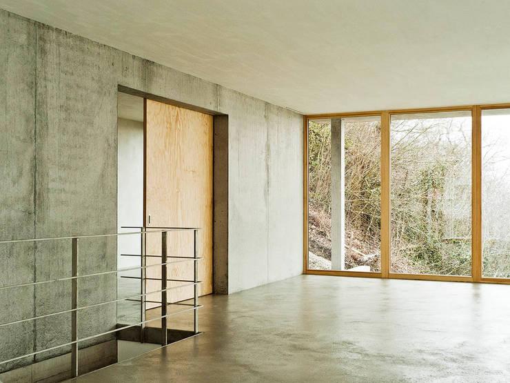 Couloir et hall d'entrée de style  par GIAN SALIS ARCHITEKT